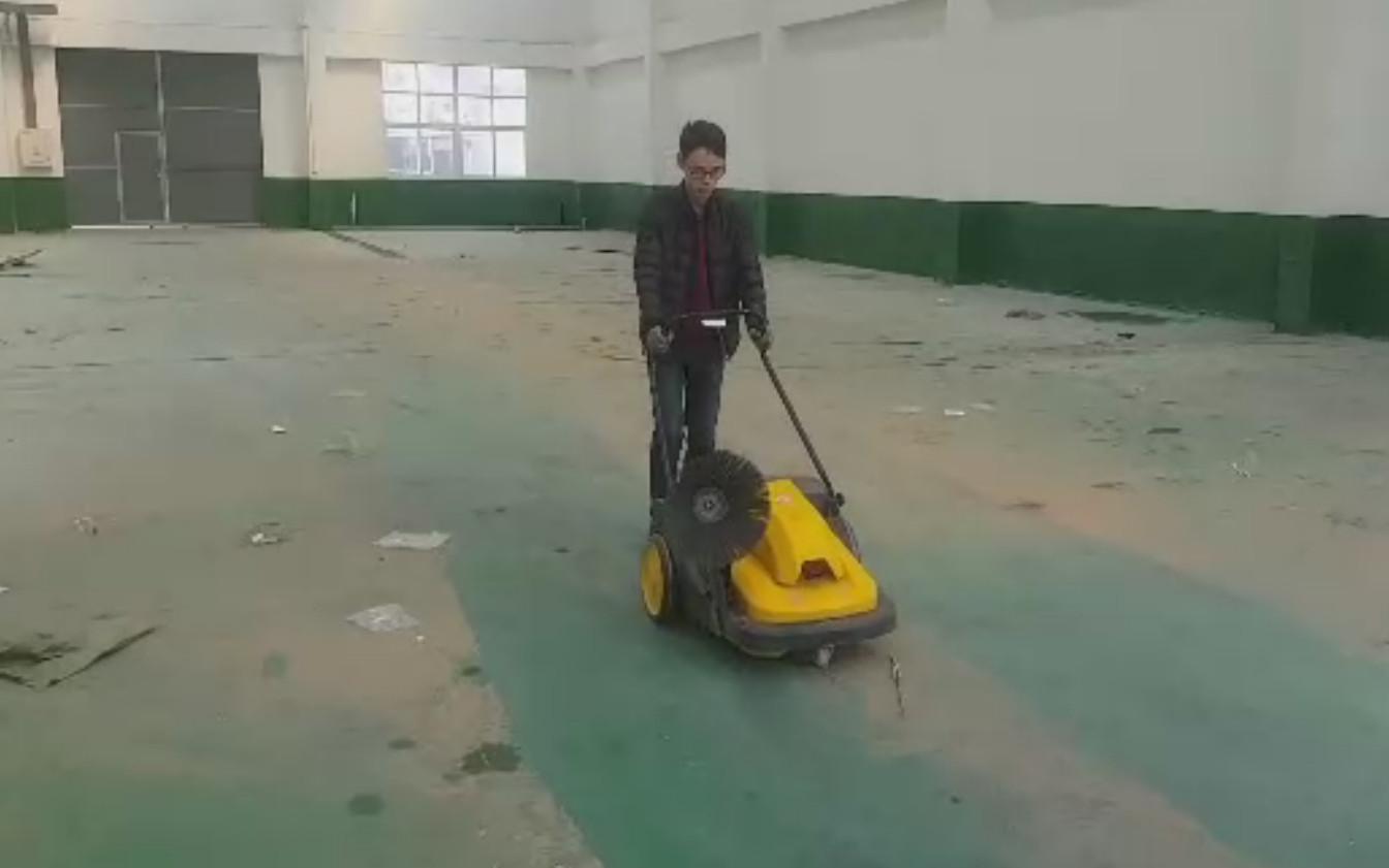 手推式清扫车在新建工厂车间环氧地坪漆地面使